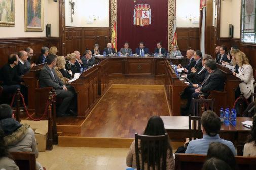 La corporación de la Diputación de Castellón, al completo, en una sesión plenaria.