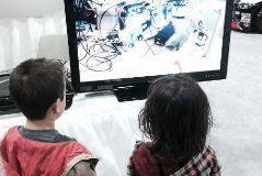 Niños que observan la pantalla del ordenador.