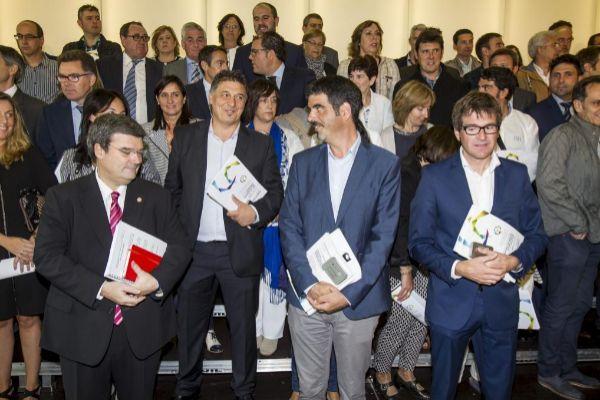 Los alcaldes de las tres capitales vascas junto a otros ediles en un acto del Gobierno vasco.