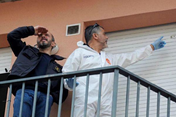 Investigadores de los Mossos en el domicilio en el que ocurrió el crimen en Olot el pasado sábado.