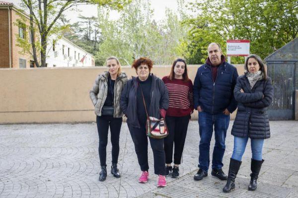 Los trabajadores del centro de Hortaleza a las puertas del mismo.