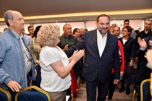 El ministro de Fomento, José Luis Ábalos, saluda a simpatizantes a su llegada a un acto electoral en Almería el pasado 17 de abril.,