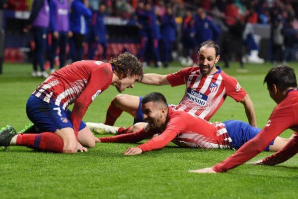 Los jugadores del Atlético celebran el gol de Correa.