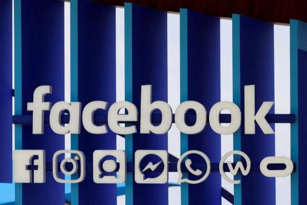 Logo de Facebook en un 'stand' de un festival de creatividad en Cannes.