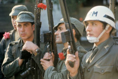 Soldados y policías portugueses con claveles en sus armas en Lisboa.