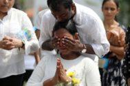 Dos hermanos lamentan la muerte de su madre en la cadena de atentados que sacudió Sri Lanka.