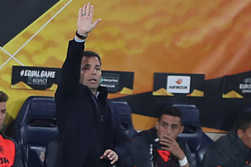 Calleja da instrucciones en un partido de la Liga Europa.