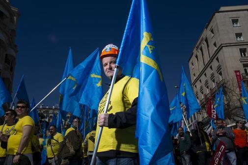Juan Bautista Huergo, trabajador de Alcoa en Asturias, posa durante una protesta celebrada a las puertas del Congreso de los Diputados.