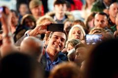 Pedro Sánchez se hace selfies con simpatizantes este miércoles en Gijón.