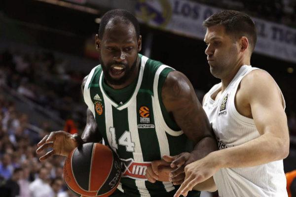 Felipe Reyes lucha por un balón con James Gist, del Panathinaikos.