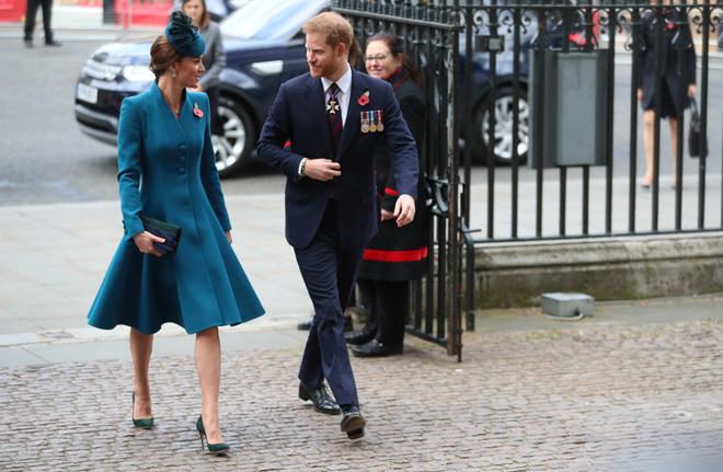 La duquesa de Cambridge y el príncipe Harry en el servicio de conmemoración y acción de gracias del Día de Anzac en la Abadía de Westminster.