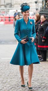 La duquesa de Cambridge ha ido a lo seguro con un vestido abrigo en...