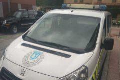 Un coche de los agentes de movilidad, ayer, sin la correspondiente pegatina de la DGT.