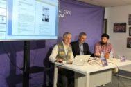 Oya junto a Bosch y el coordinador de jóvenes de Societat Civil Catalana, Fernando Carrera