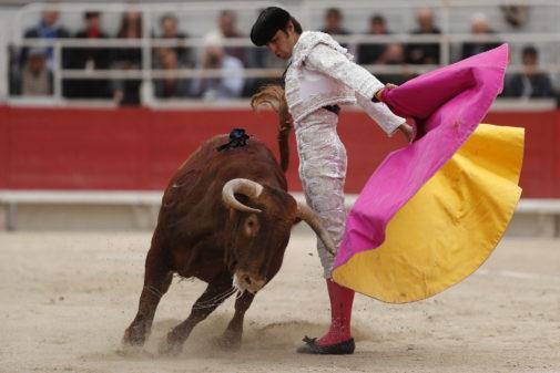 Gaonera de Perera a un toro de Jandilla en  su tarde de la Feria de Pascua