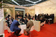 Profesionales del sector cerámico hacen negocio en la pasada edición de Cevisama.