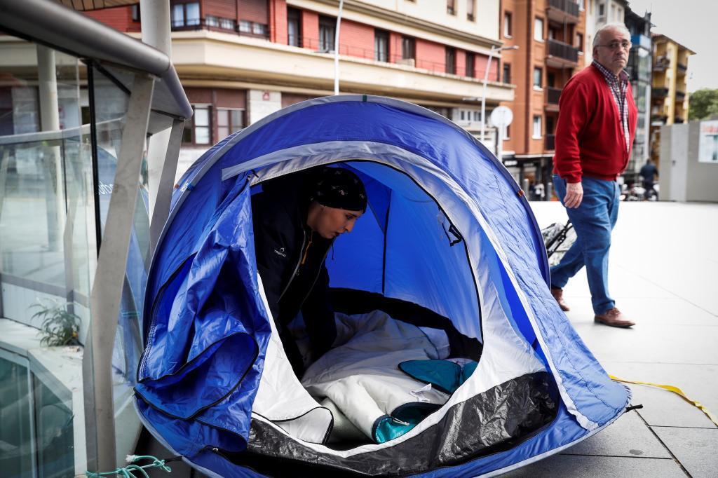 María José Porrino, en la tienda donde esta acampada en Irun.
