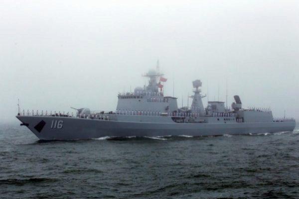 Un destructor de la marina china participa en un desfile naval en Qingdao.