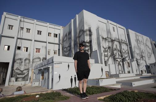 Suso33, delante de su instalación para la Bienal.