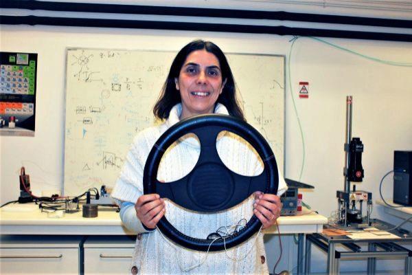 Helena Alves, responsable del equipo de investigación de la UA, sujeta el volante.