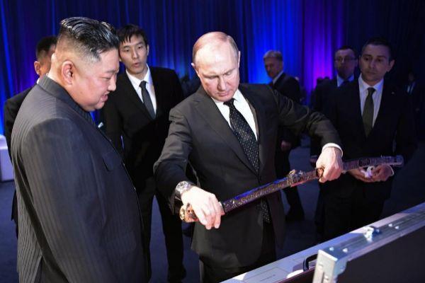 Kim Jong-Un (izq), recibe un sable del presidente ruso, Vladímir Putin (c) durante su reunión en Vladivostok.
