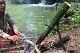 El guía Nait preparando la serpiente antes de cocinarla.