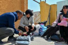 Samia y su madrido Hassan preparan los paquetes para pasar la frontera.
