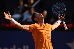 Nicolás Jarry celebra su victoria ante Dimitrov.