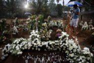 Ciudadanos acuden a un entierro en Negombo.
