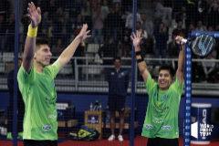 Tello (izda) y Chingotto celebran victoria sobre los número uno del mundo.