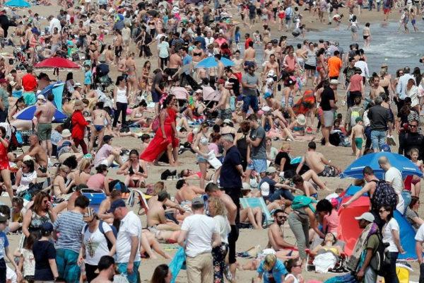 La playa valenciana de la Malvarrosa llena de turistas.