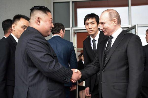 Kim Jong-Un estrecha la mano a Putin durante el encuentro de ayer en la isla de Russki, en Vladivostok.