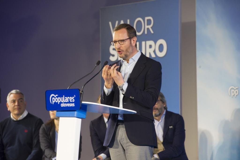 Javier de Andrés, primero por la izquierda, escucha a Maroto.