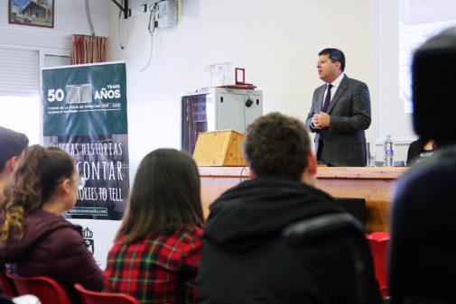 El ministro principal de Gibraltar, Fabián Picardo, frente a los alumnos del IES Virgen de la Esperanza de La Línea.