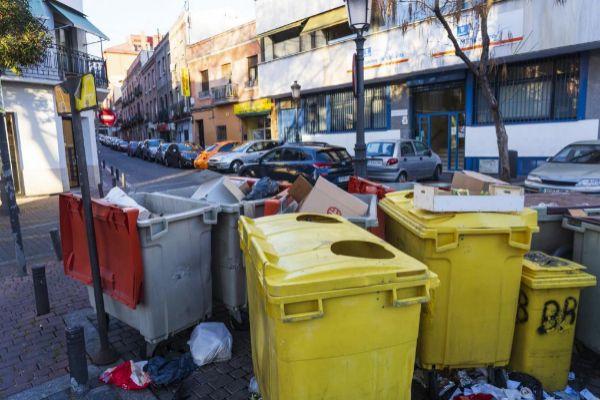 Unos cubos de basura en Vallecas, en la Comunidad de Madrid.