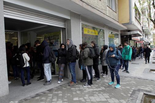 Colas para emitir el voto por correo en Madrid