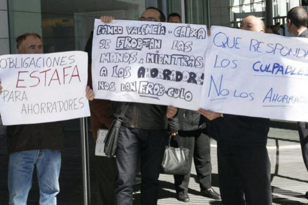 Protesta durante una junta general de accionistas del Banco de Valencia.