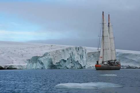 La embarcación Tara junto a la Tierra de Francisco José (Rusia).|