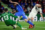 Carvajal, ante Cabrera y Soria, en un ataque postrero del Madrid.