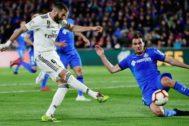 Benzema dispara ante Ignasi Miquel en el Coliseum.