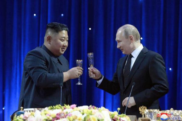 El mandatario norcoreano y el líder ruso durante su encuentro este jueves en Vladivostok (Rusia)