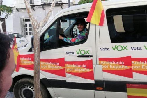 El torero Morante de la Puebla, subida en una furgoneta electoral de Vox.