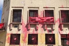 Pintura sobre la fachada del PSOE de Tetuán.