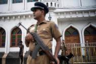 La vigilancia se ha reforzado este viernes en todos los templos de Colombo (Sri Lanka).