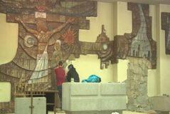 Obreros desmontan uno de los mosaicos de la iglesia de Cristo Rey.