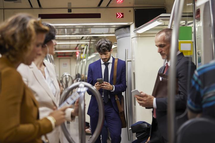 Conectados con el móvil en cualquier lugar y a todas horas