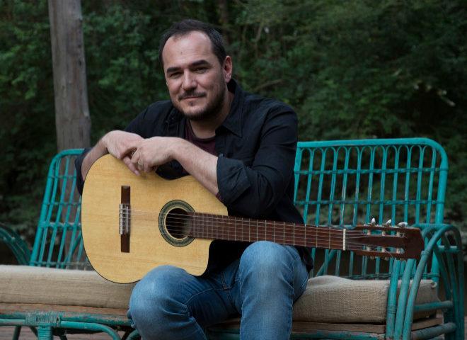 El cantautor vallecano, retratado con su guitarra en Madrid.