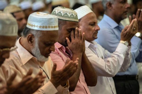 Un grupo de musulmanes rezan en una mezquita de Colombo.