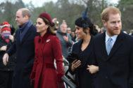 De izquierda a derecha: Guillermo de Inglaterra y su esposa, Kate Middleton. La duquesa de Sussex, Meghan Markle, junto al príncipe Harry
