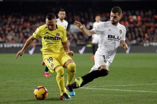 Cazorla, con el balón durante el partido ante el Valencia este curso.